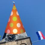 Kerktoren met feestmuts