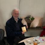 Jan Willem neemt de plaquette in ontvangst