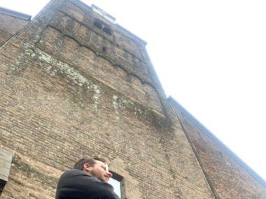 Maurits voor de toren van de Grote Kerk